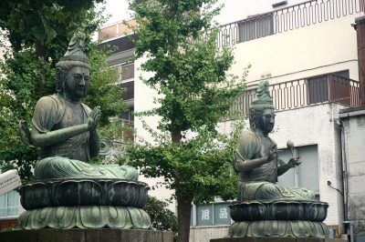 Buddhist statues outside the temple